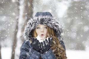 Girl playing in the snow - you can survive an interstate move in bad weather